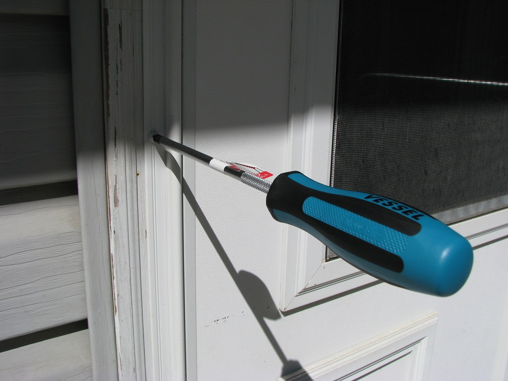 Vessel P2x150mm screwdriver holding itself in screw
